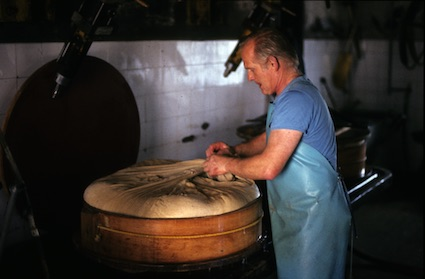 travail dans une fruitière, © Yves Hamon